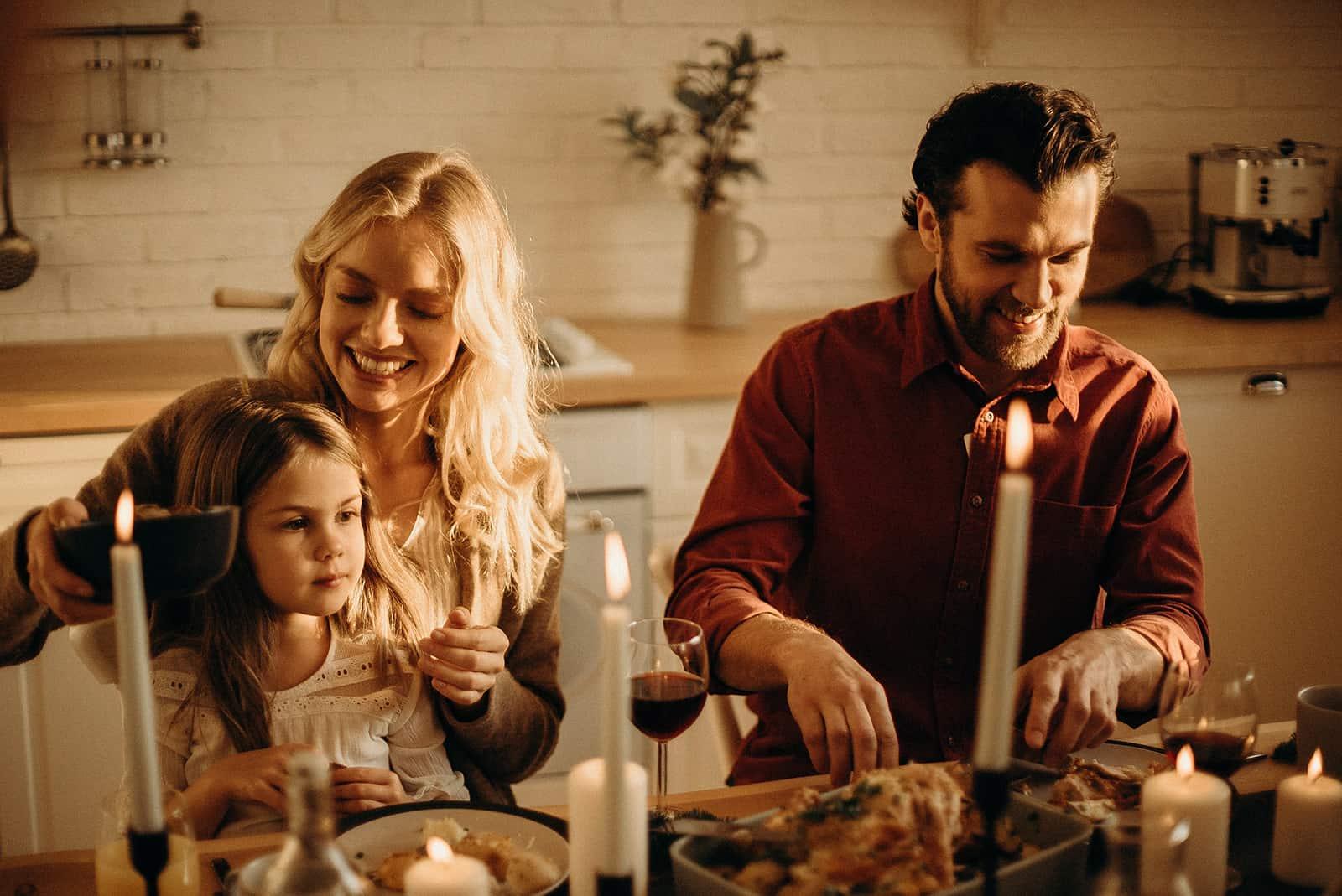 Eine glückliche Familie, die zu Hause zu Abend isst