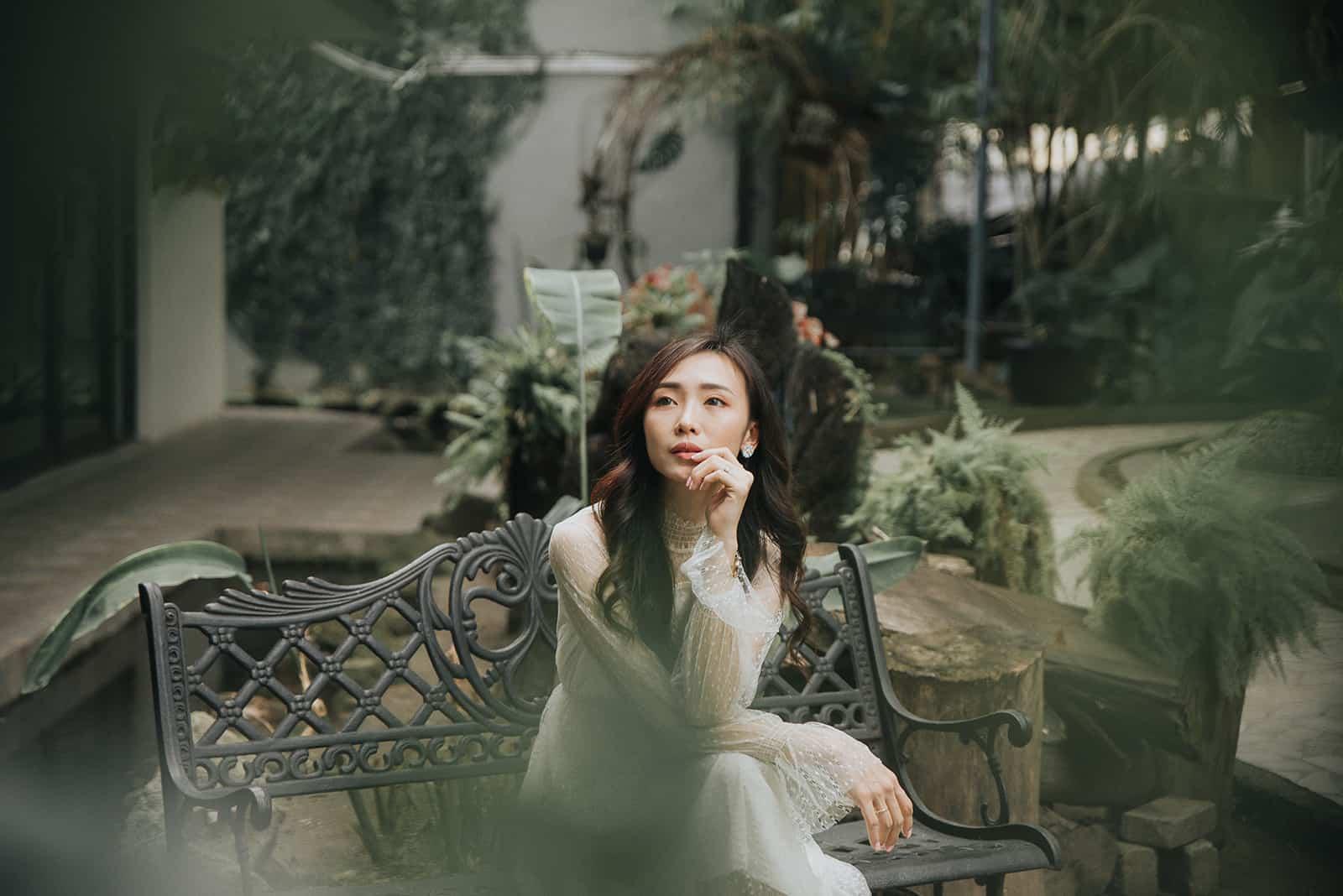 eine ruhige Frau, die auf der Bank sitzt und nachdenkt