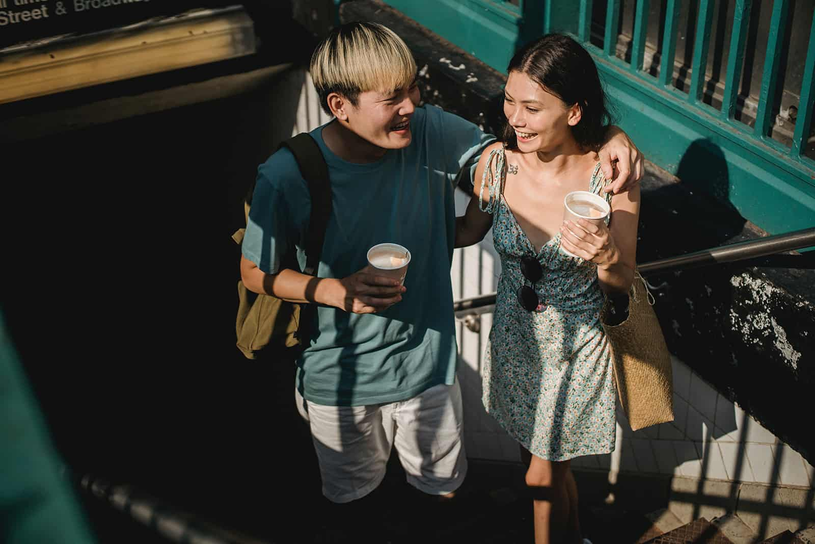 glückliches Paar, das die Treppe hinaufgeht in der U-Bahn