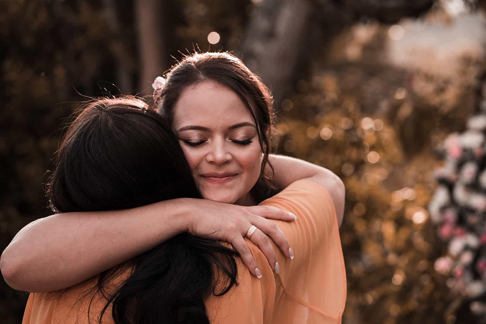 zwei Freundinnen umarmen sich, während draußen stehen