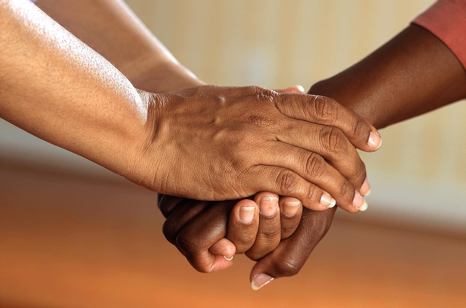 zwei Personen Händchen haltend