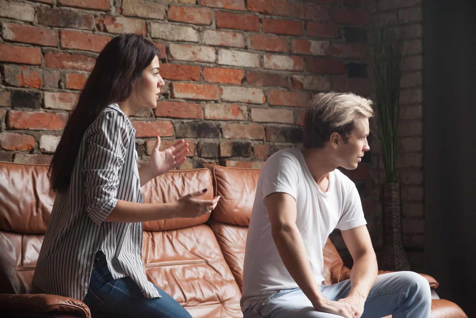 Das Paar streitet auf der Couch