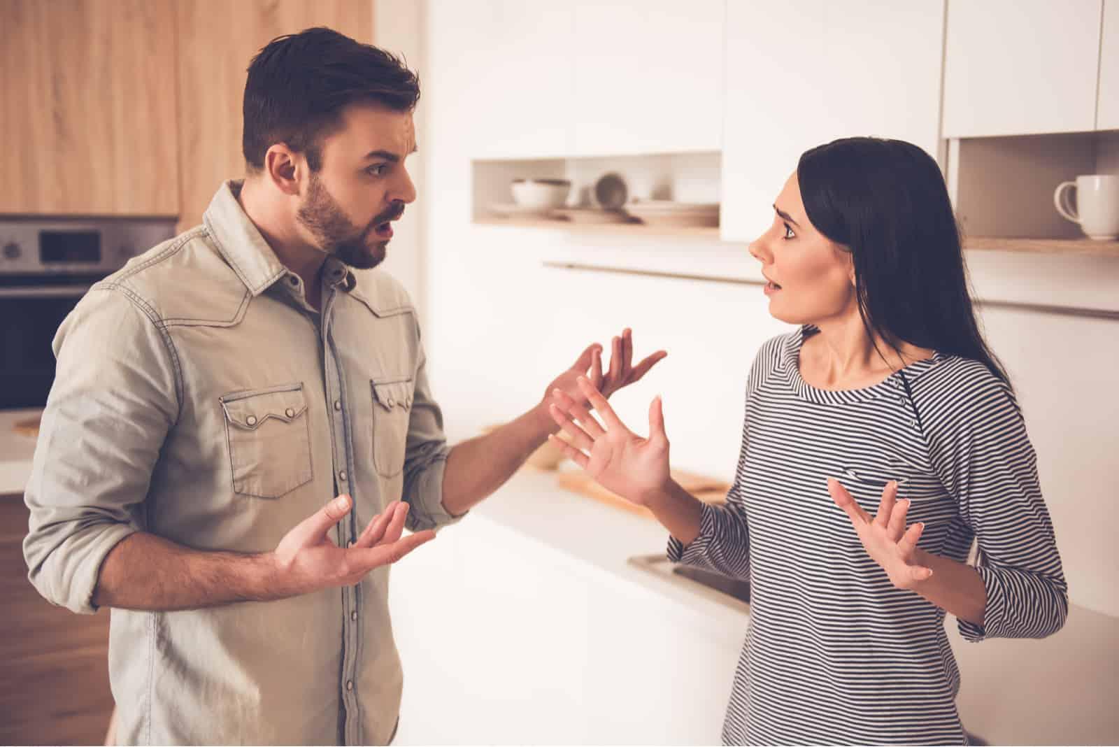 Das Paar streitet im Haus