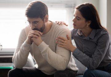 Das junge Mädchen tröstet und unterstützt ihren traurigen und besorgten Freund