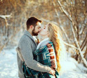 eine Frau küsst ihren Freund auf die Nase