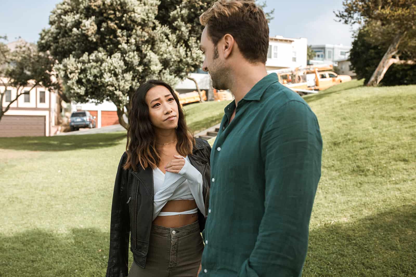 Ein Mann und eine Frau brechen ihre Beziehung ab und unterhalten sich im Park