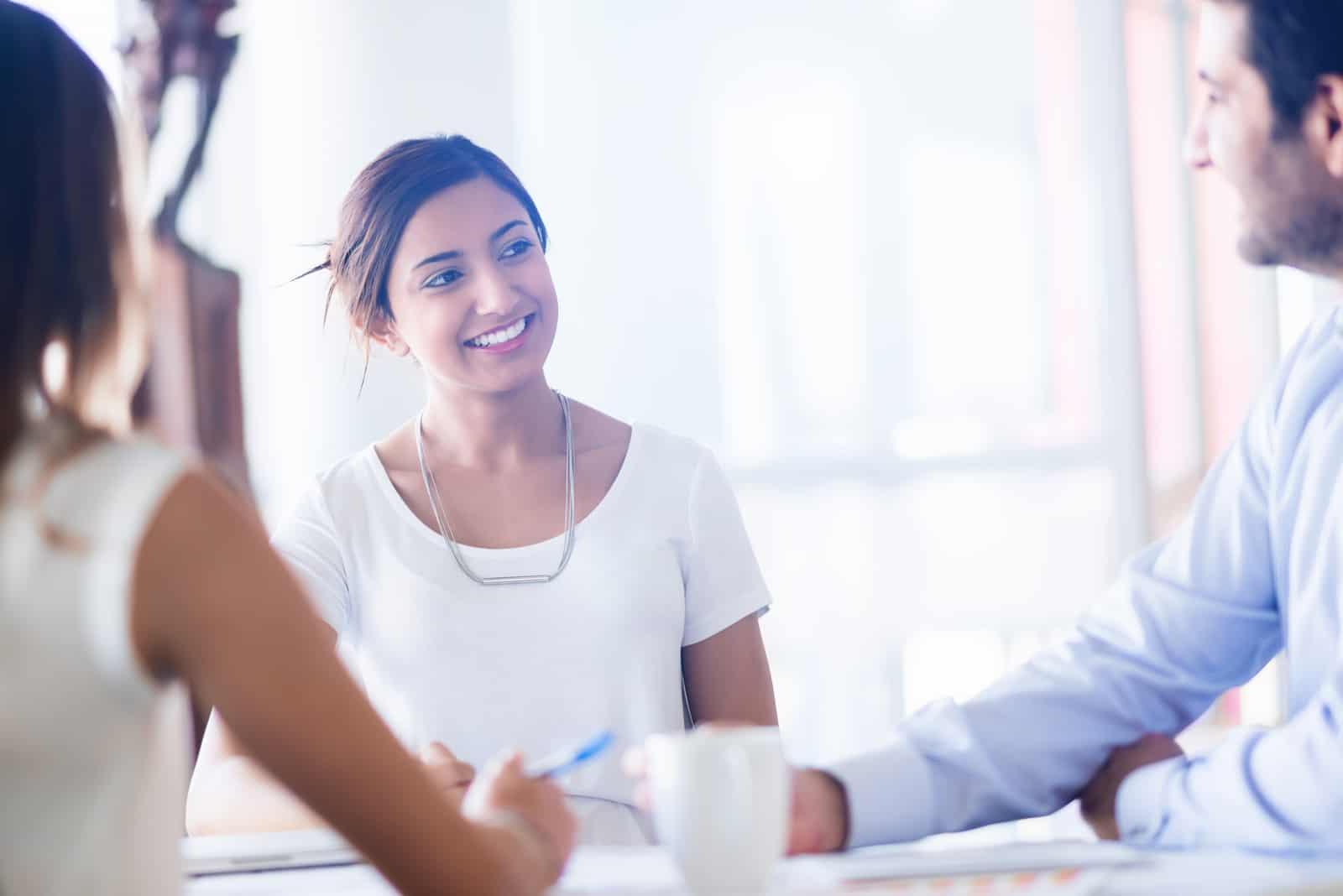 Ein Mann und eine Frau sehen sich bei der Arbeit an (2)