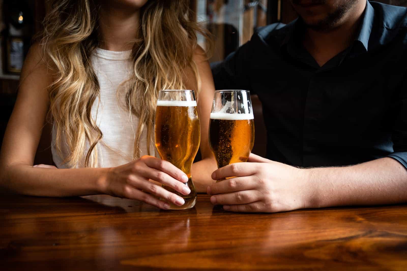 Ein Mann und eine Frau trinken Bier