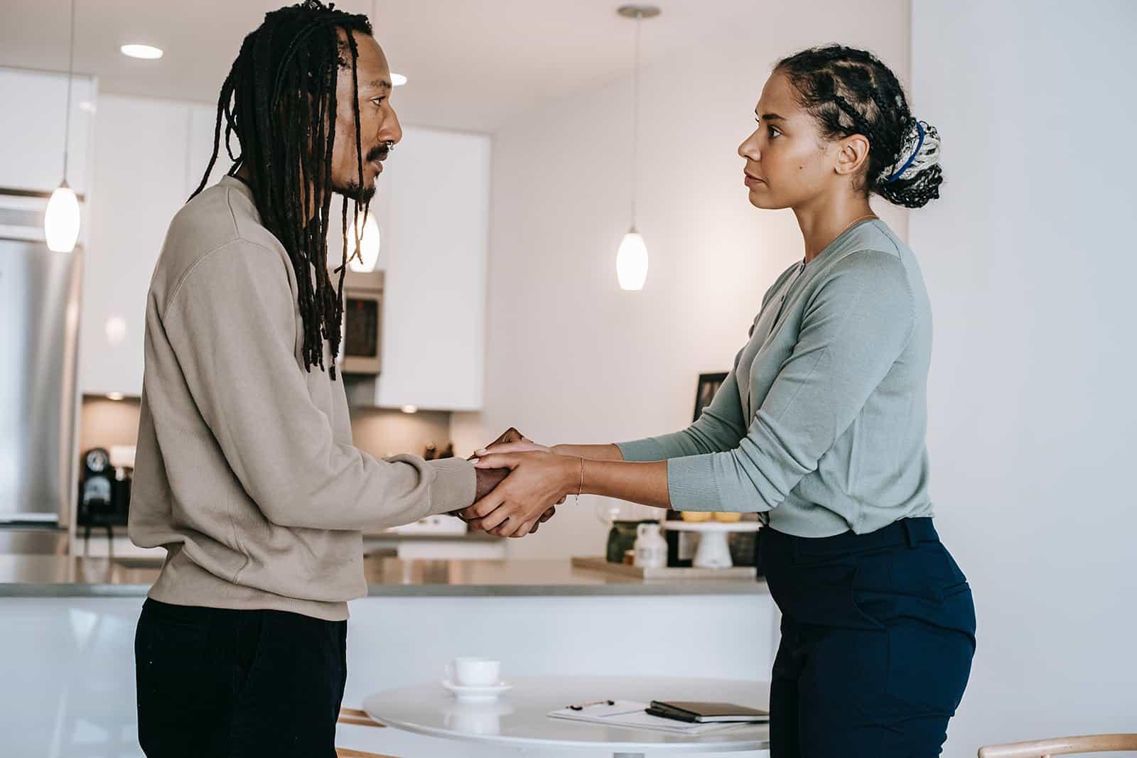 Ein Mann und eine Frau verabschieden sich beim Händchenhalten