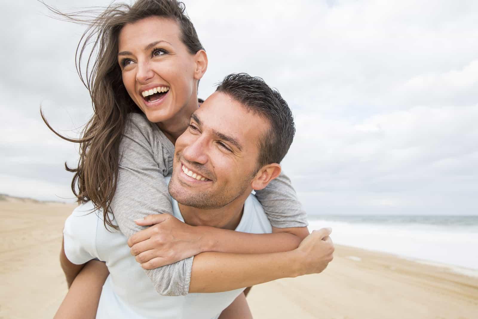 Ein glückliches Liebespaar hat Spaß am Strand