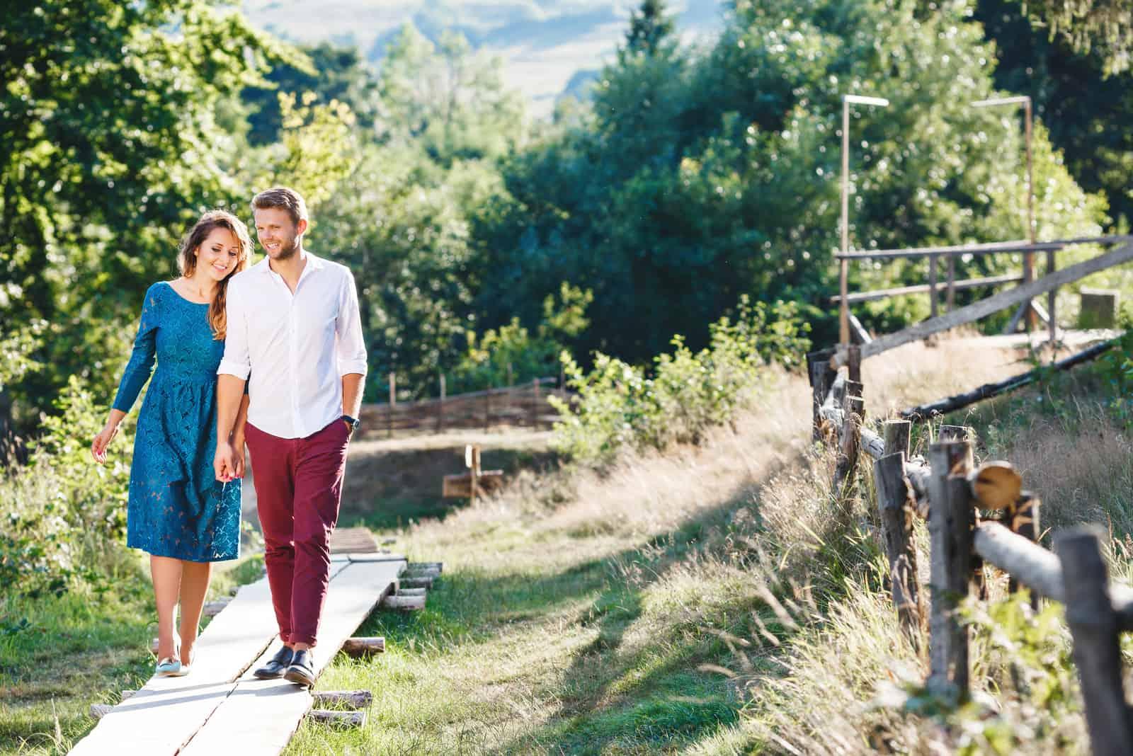 Ein romantisches Paar geht in der Natur spazieren