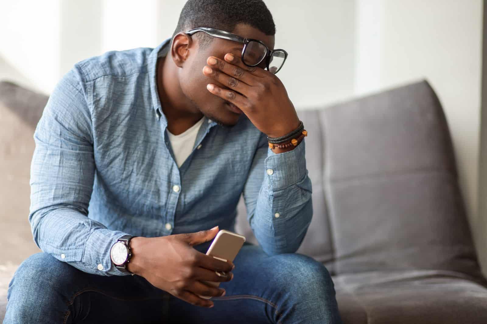 Ein schwarzer Mann, der sich müde fühlt