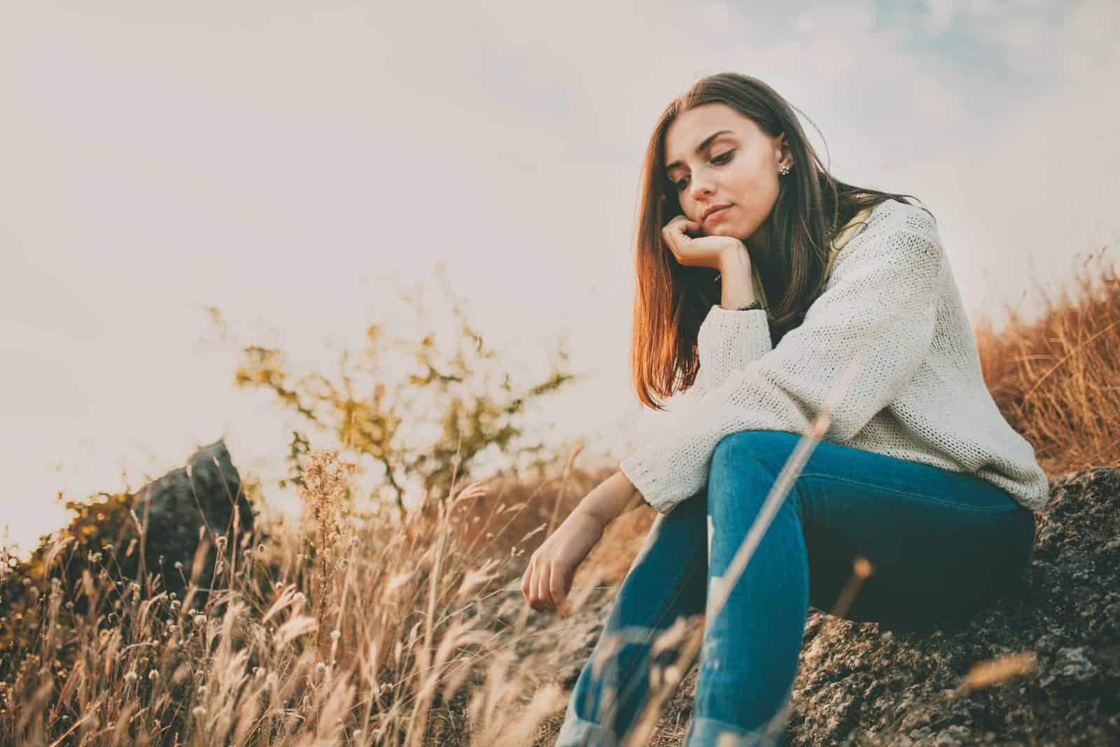 Ein trauriges Mädchen beobachtet die Ohren