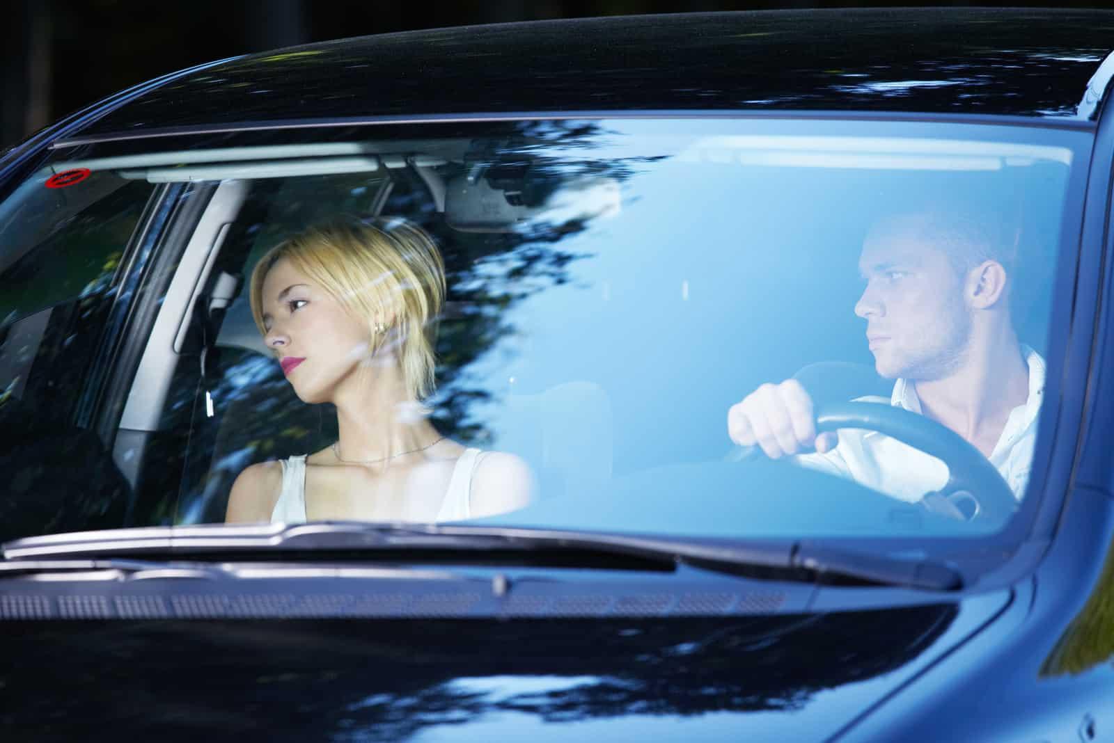 Ein trauriges Paar fährt Auto