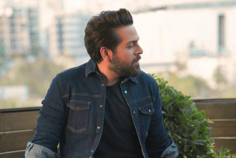Ein Mann in Jeansjacke schaut zur Seite