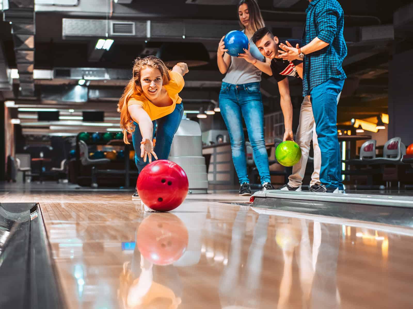 Freunde, die Spaß beim Bowling am Doppeldate haben