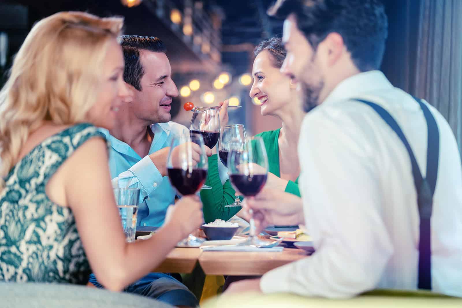 Freunde trinken Wein in einem Restaurant auf einem doppelten Date