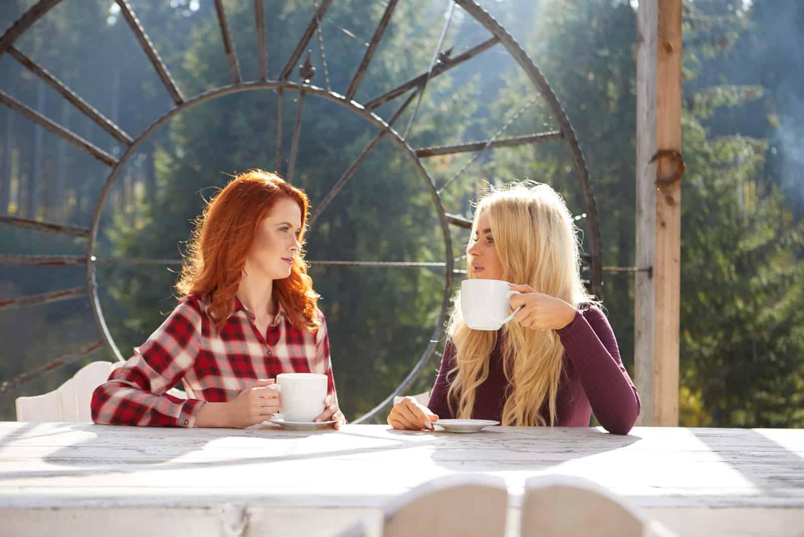Freunde unterhalten sich draußen auf einer Hausterrasse