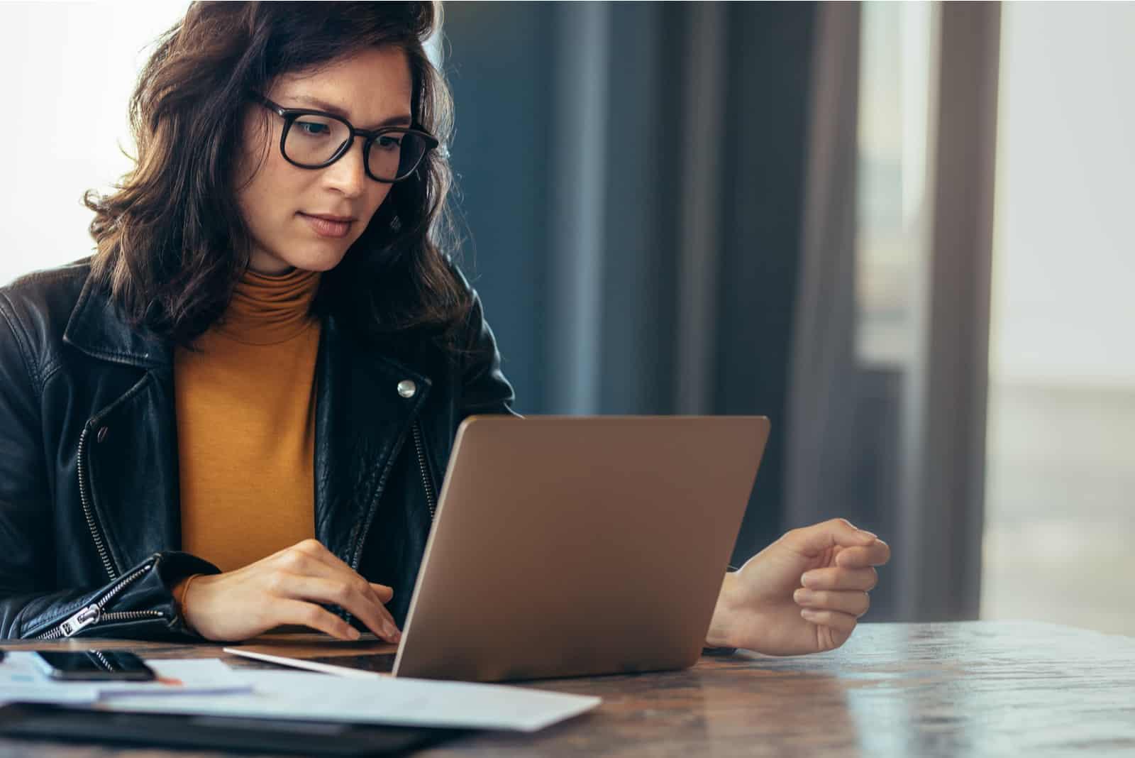 Geschäftsfrau beschäftigt, die an Laptop-Computer im Büro arbeitet