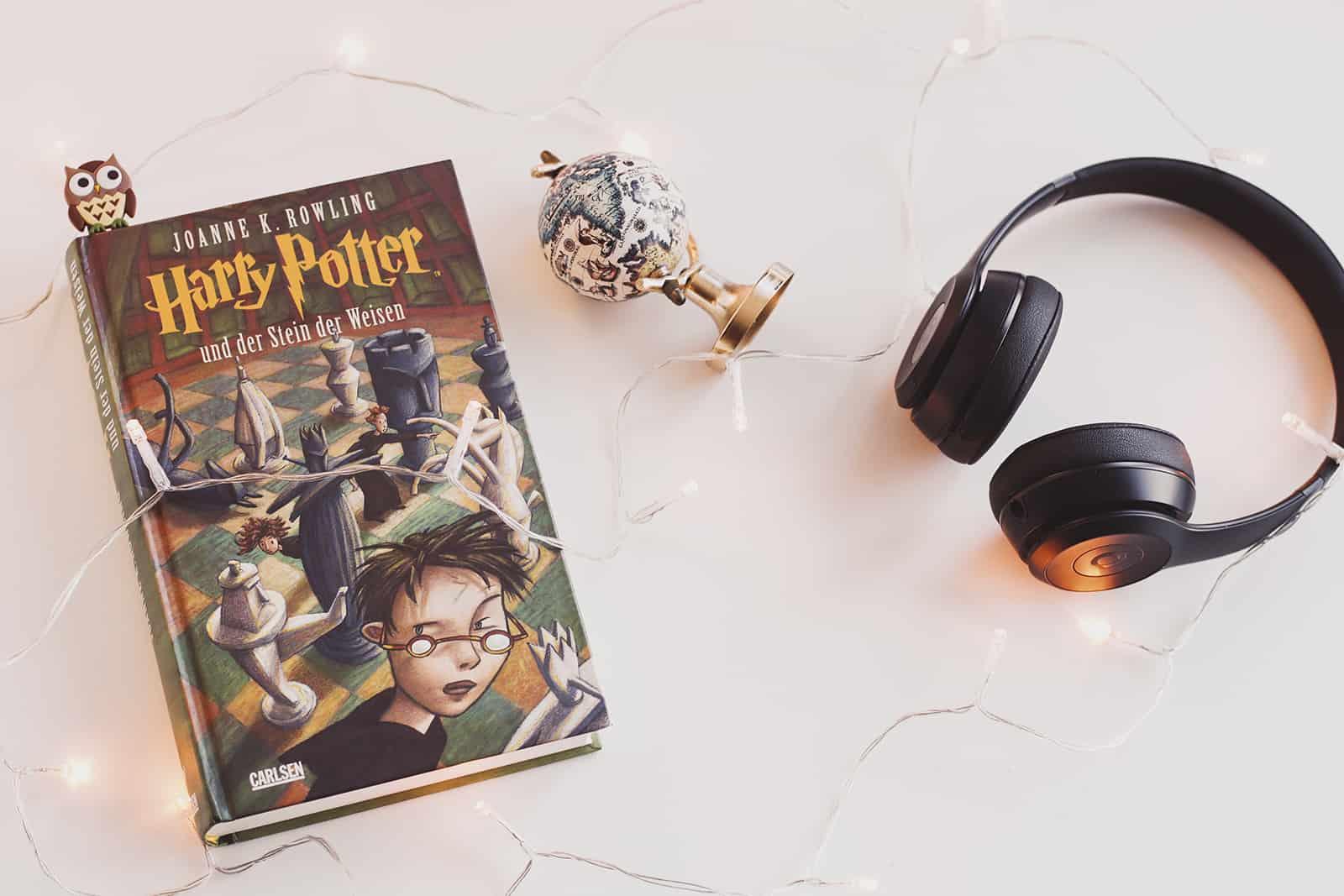 Harry Potter Buch und Kopfhörer daneben