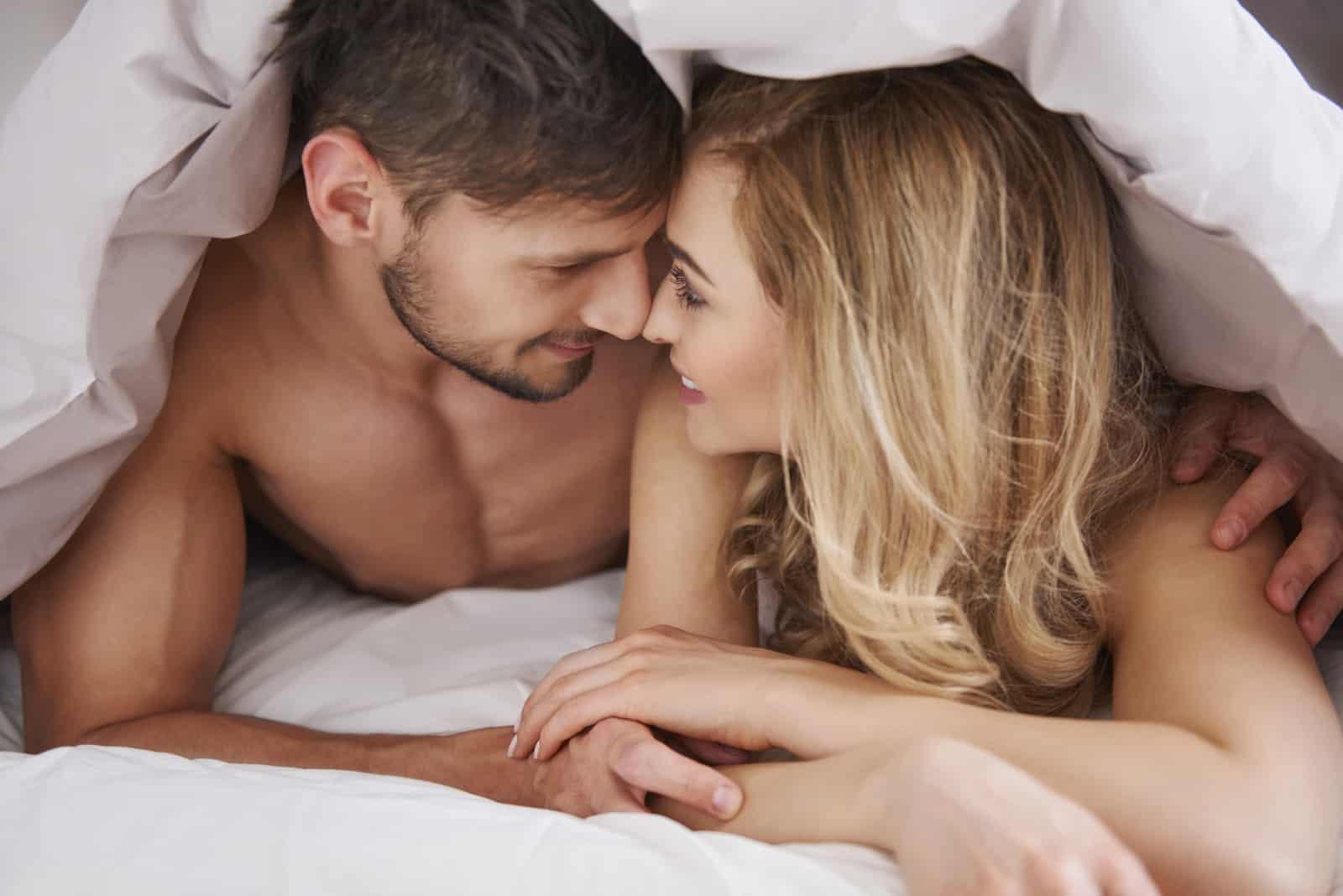 Liebhaber kuscheln im Bett
