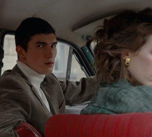 ein hübscher Mann, der mit einer Frau in einem Auto sitzt