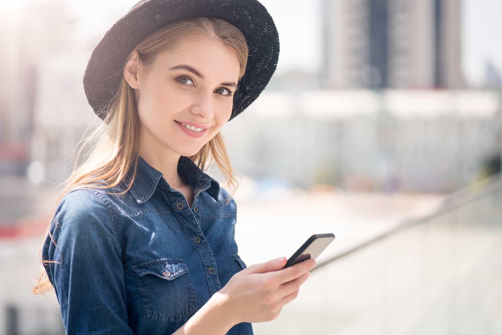 Moderne junge Frau mit Smartphone