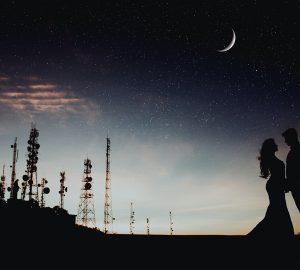 ein liebendes Paar, das unter dem Sternenhimmel steht