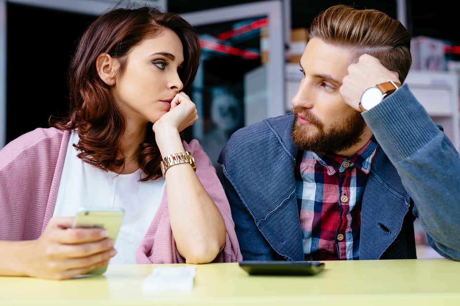 besorgte Frau, die mit ihrem Mann spricht und um Hilfe bittet