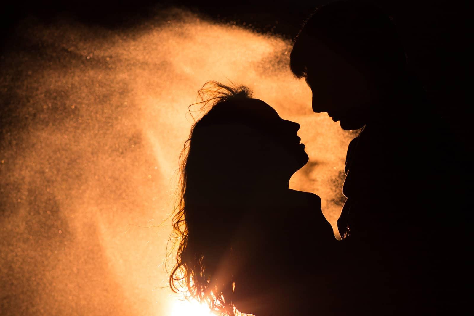 die Silhouette eines liebenden Paares in einer Umarmung