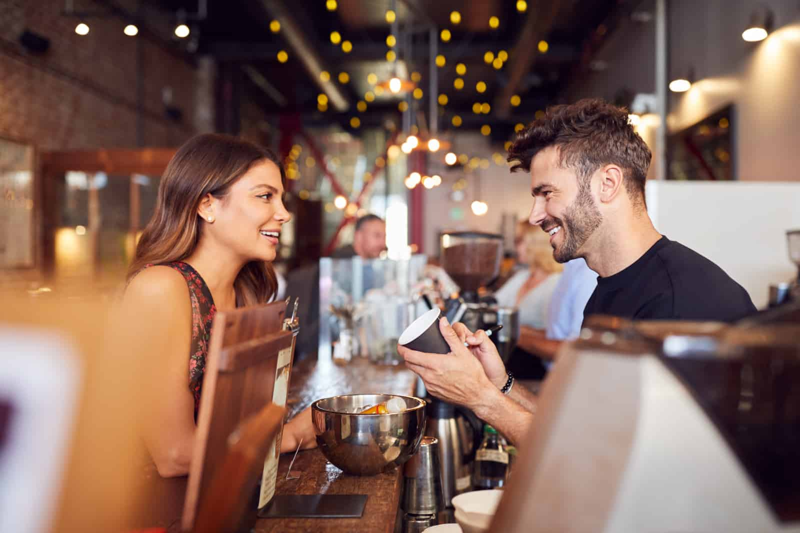 ein Mädchen, das mit einem Kellner flirtet