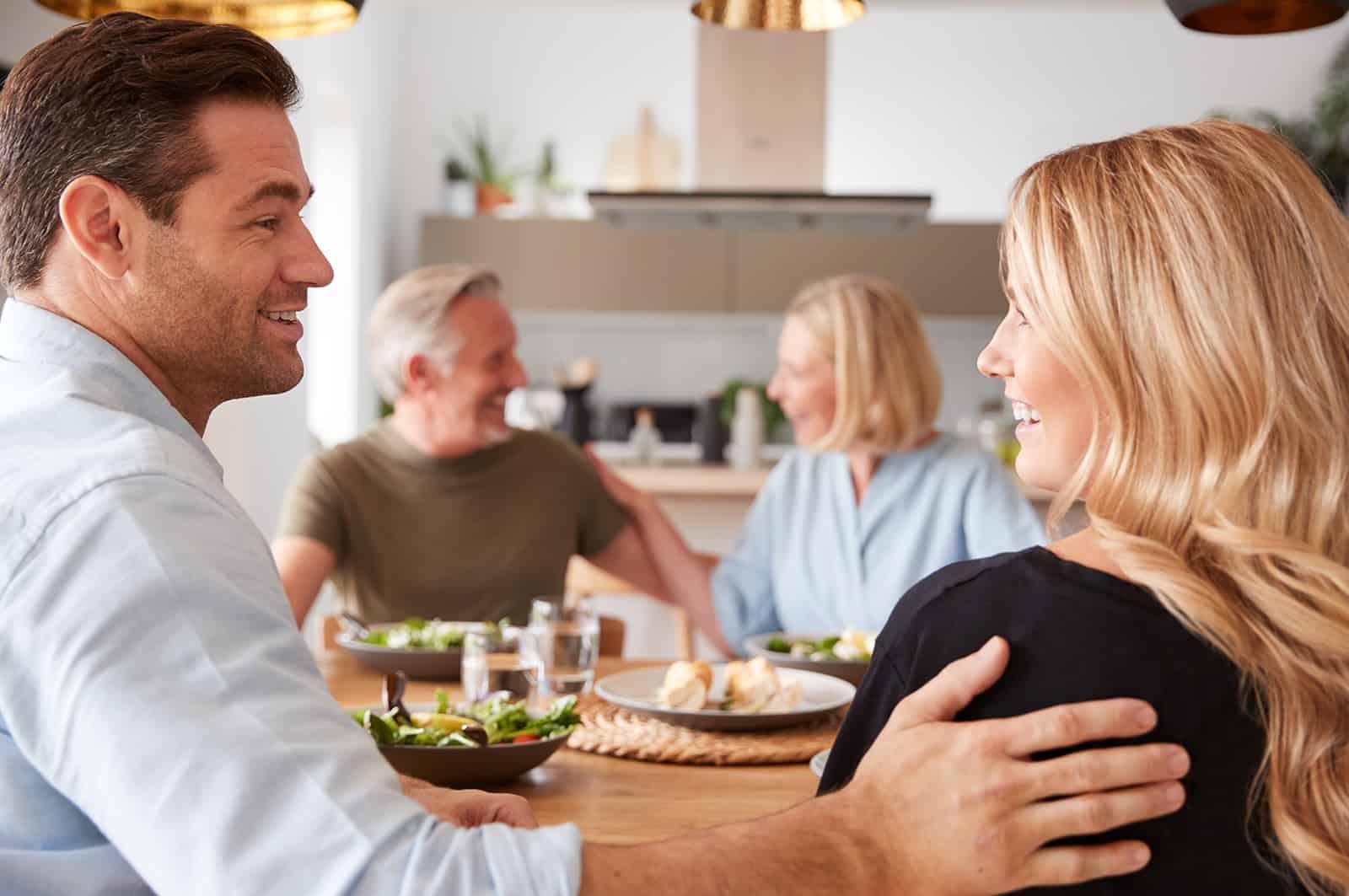 Ein Mann, der seinen Eltern während eines Mittagessens eine Freundin vorstellt