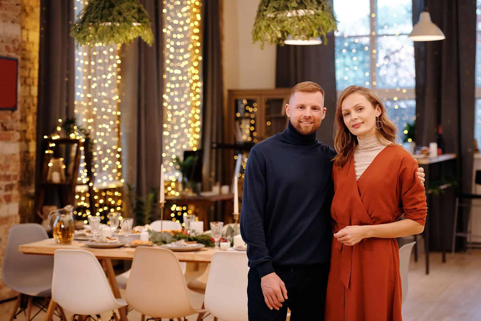 Ein Mann und eine Frau standen umarmt im Esszimmer
