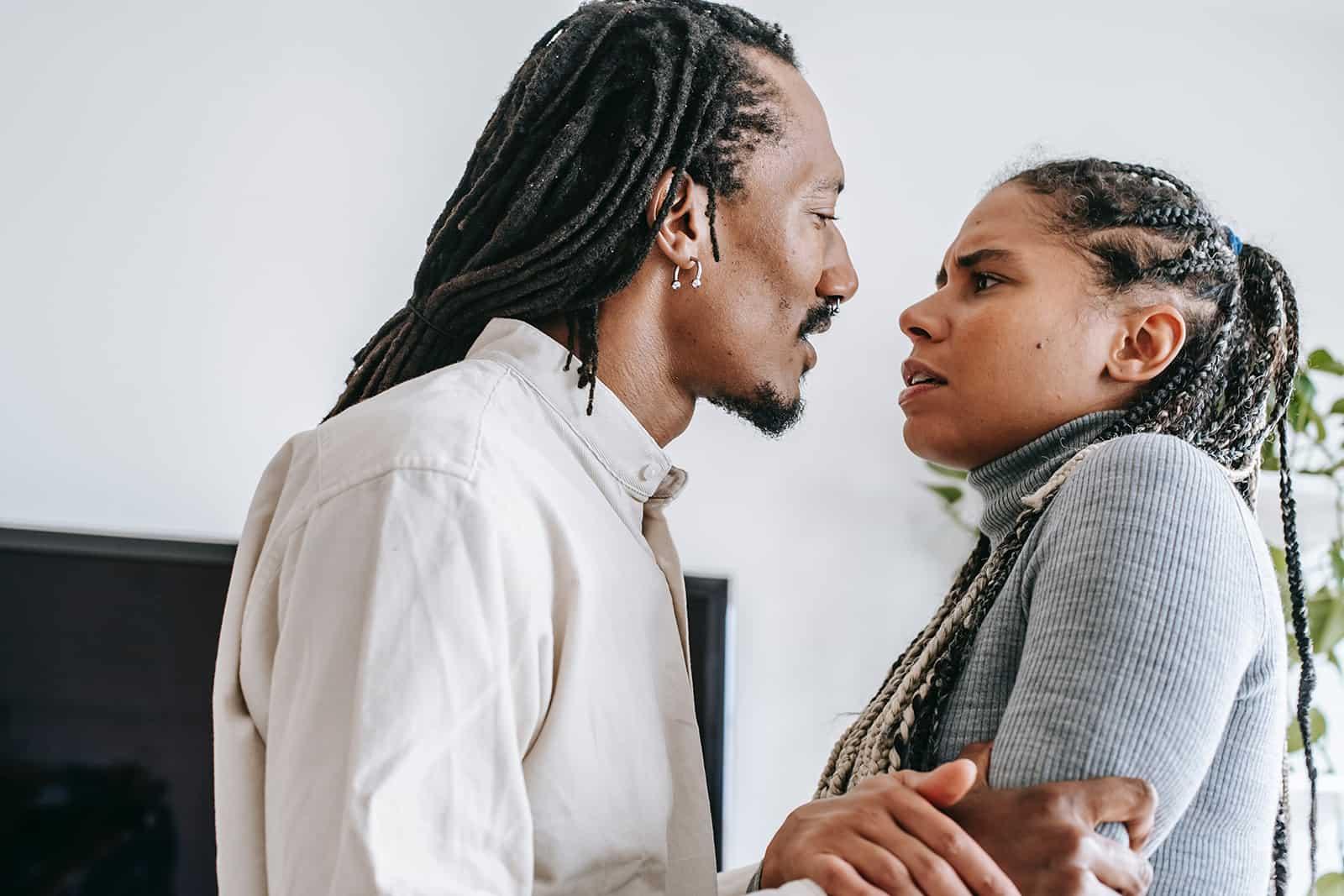 Ein Mann und eine Frau streiten sich in einer Wohnung