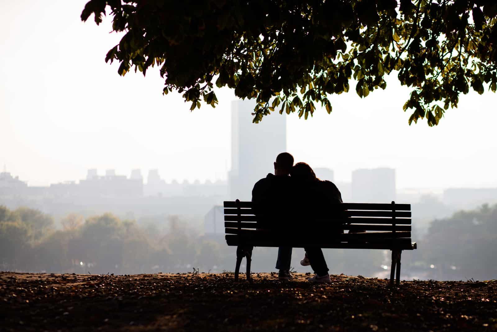 ein Paar sitzt auf einer Bank
