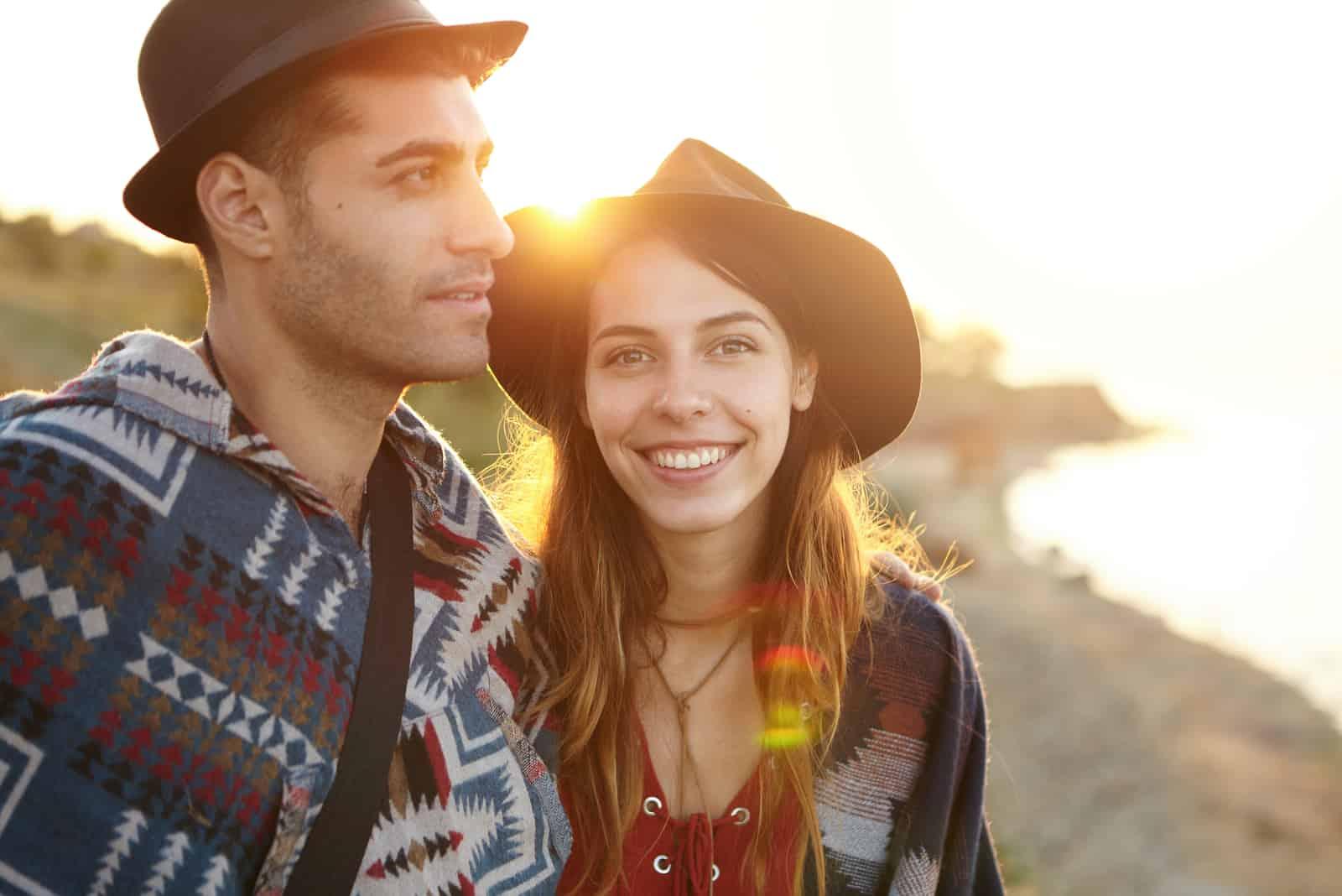 ein Porträt eines liebenden Paares bei Sonnenuntergang
