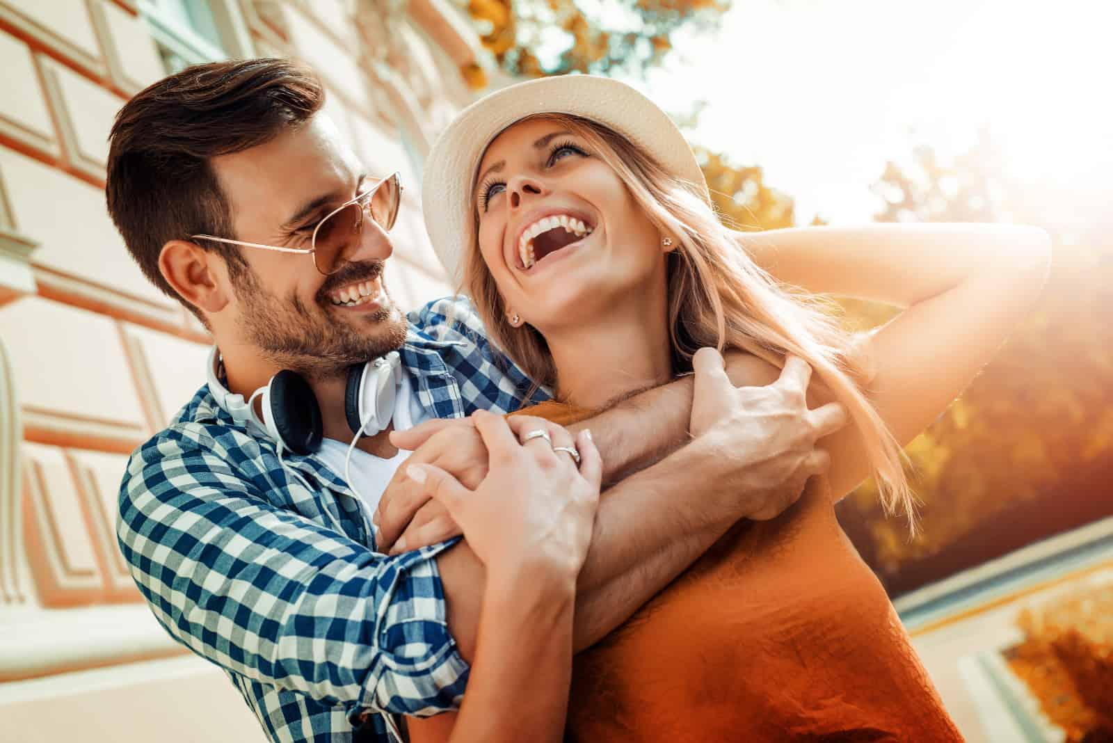 ein lächelndes Paar umarmt sich