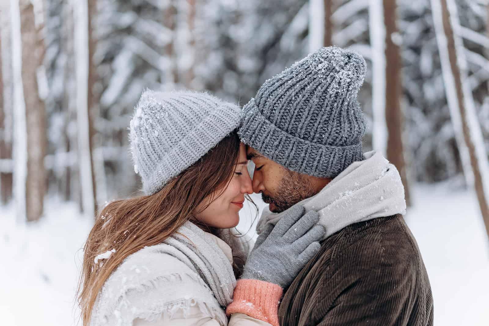 ein liebendes Paar kuschelt im Schnee