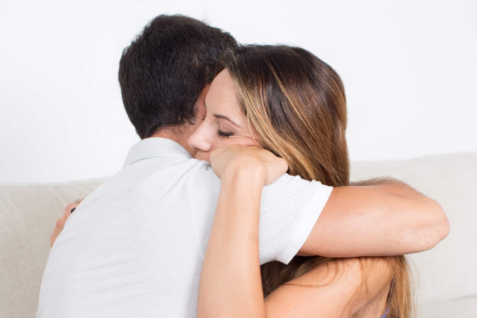 ein paar umarmen sich