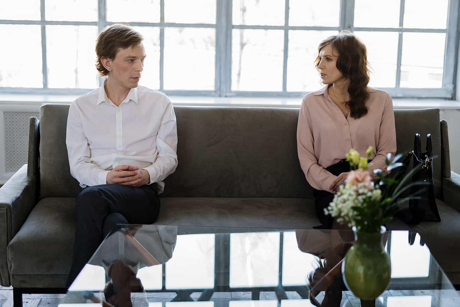 Ein Ehepaar spricht über ihre Beziehungsprobleme auf der Couch