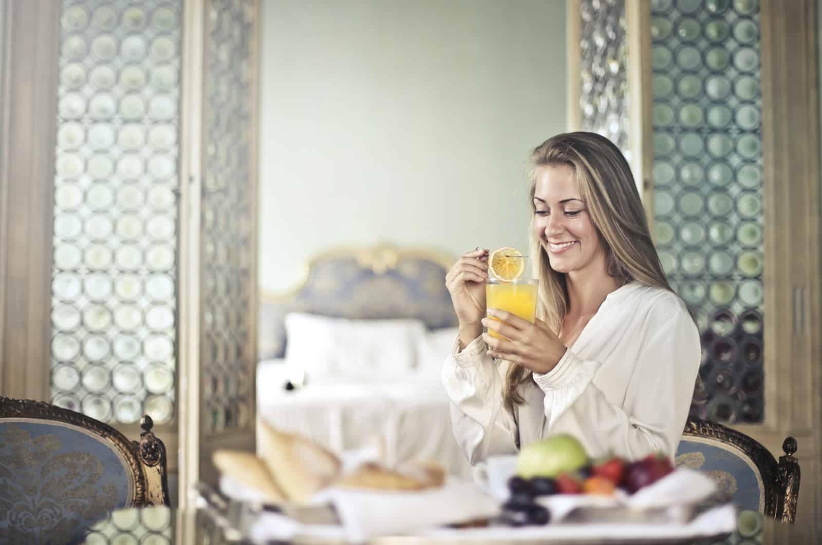 eine fröhliche Frau, die morgens ihr Frühstück genießt