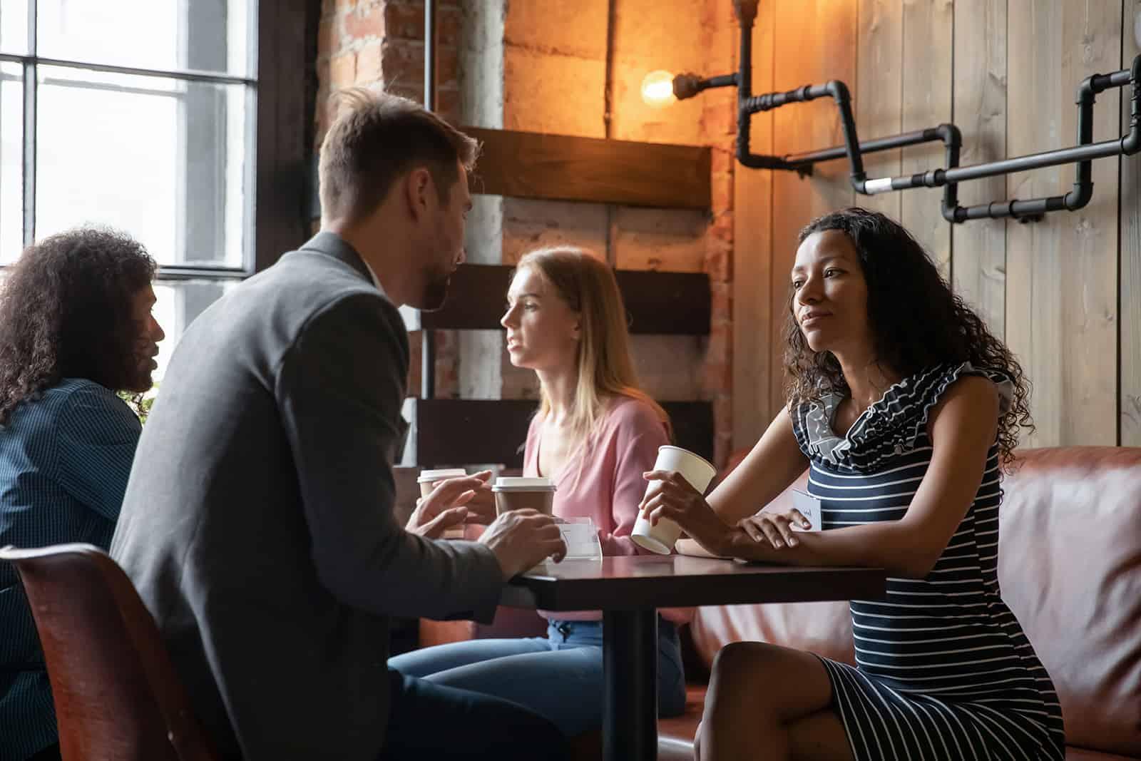 eine gelangweilte Frau, die einem Mann während eines Dates zuhört