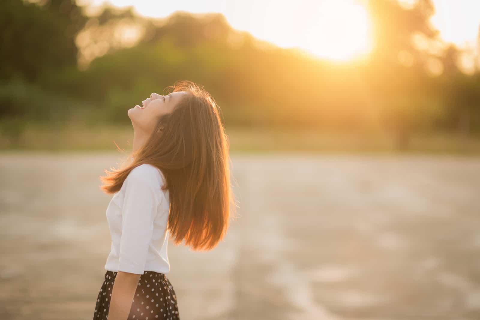 eine junge glückliche Chinesin