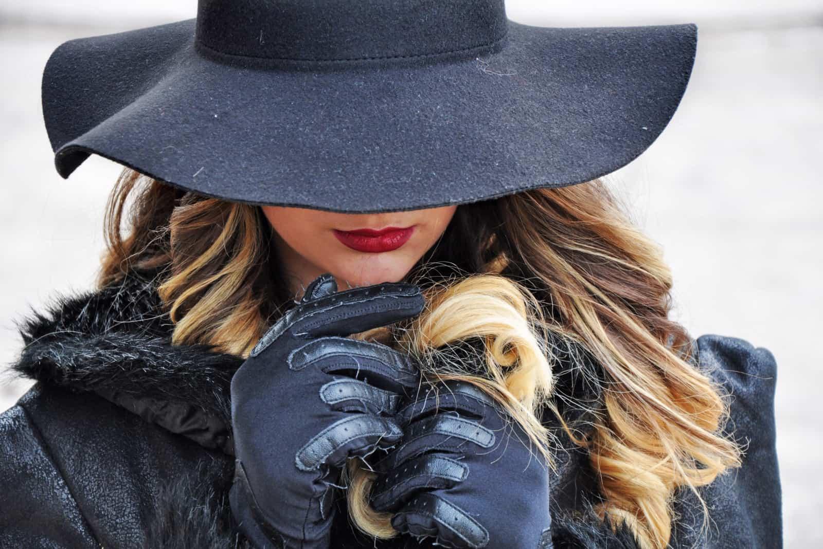 eine mysteriöse Frau in Schwarz