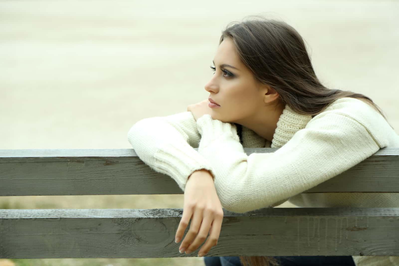 einsame Frau auf Bank im Park