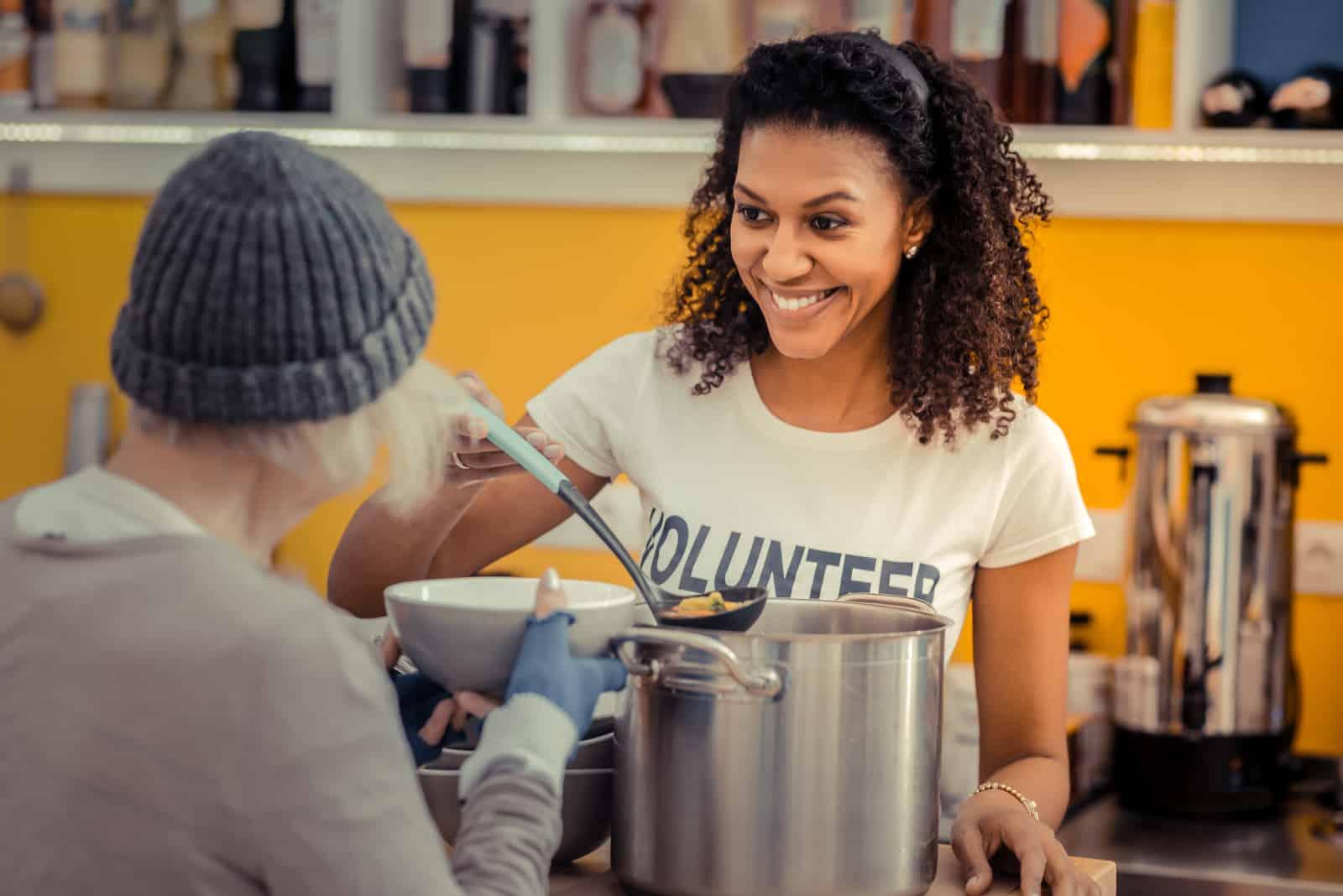 freundliche Frau, die während der Freiwilligenarbeit lächelt