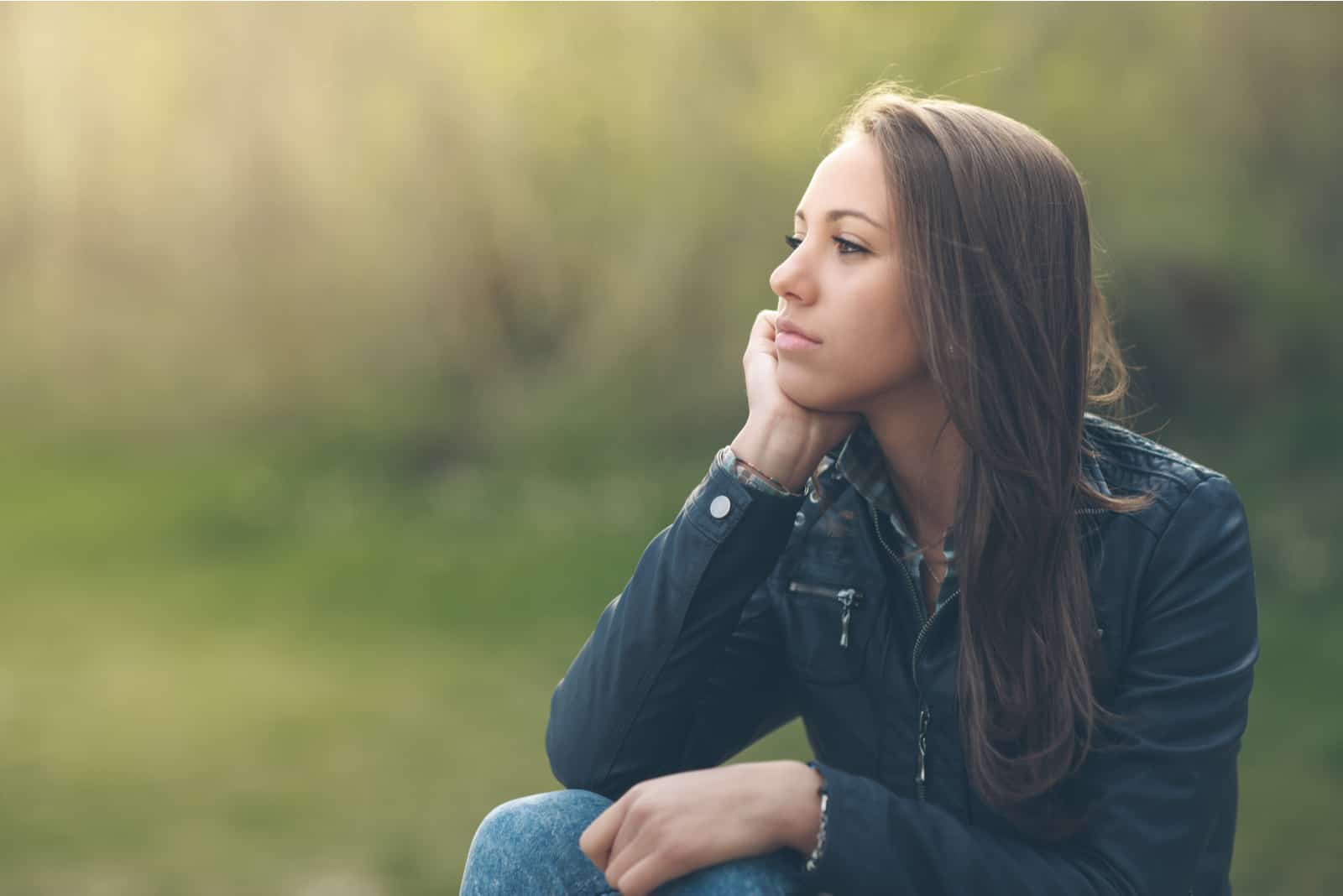 nachdenkliche Frau, die sich im Park entspannt