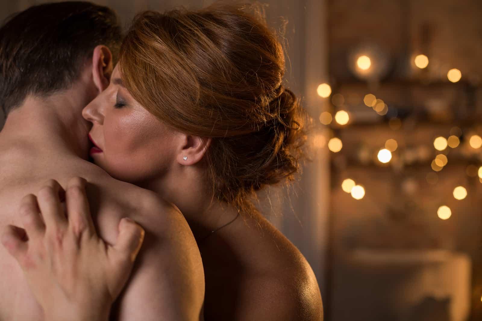 nacktes Paar umarmt und küsst