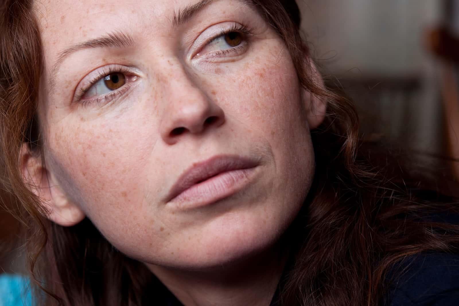 sommersprossige Frau ohne Make-up