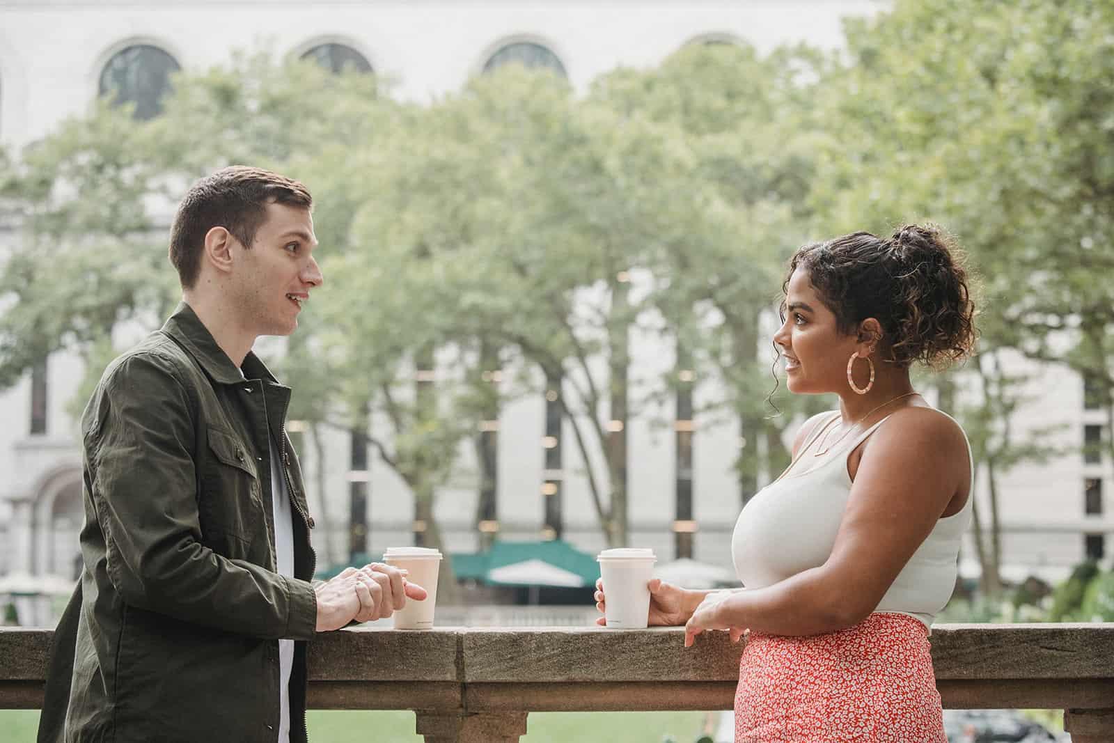 Ein Mann und eine Frau reden und trinken Kaffee